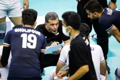018BEHROUZ_ATAEI_NOURI_head_coach_of_IRI_briefs_his_players_during_a_timeout