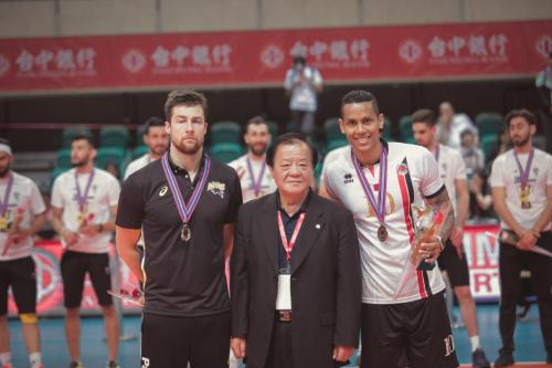 最佳邊線攻擊手(Outside Spiker)Kubiak Michal(JPN)及Costa Marcus(QAT)。(中華排協提供)