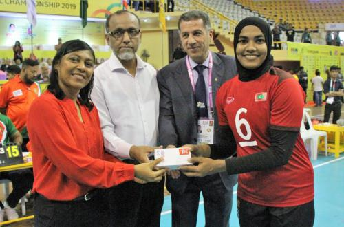 Man of the match Rashida of Moldives receive Momento from Ambassador of Maldives .